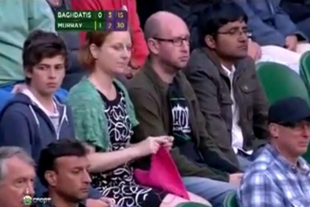 Έπλεκε την ώρα του αγώνα! (video)