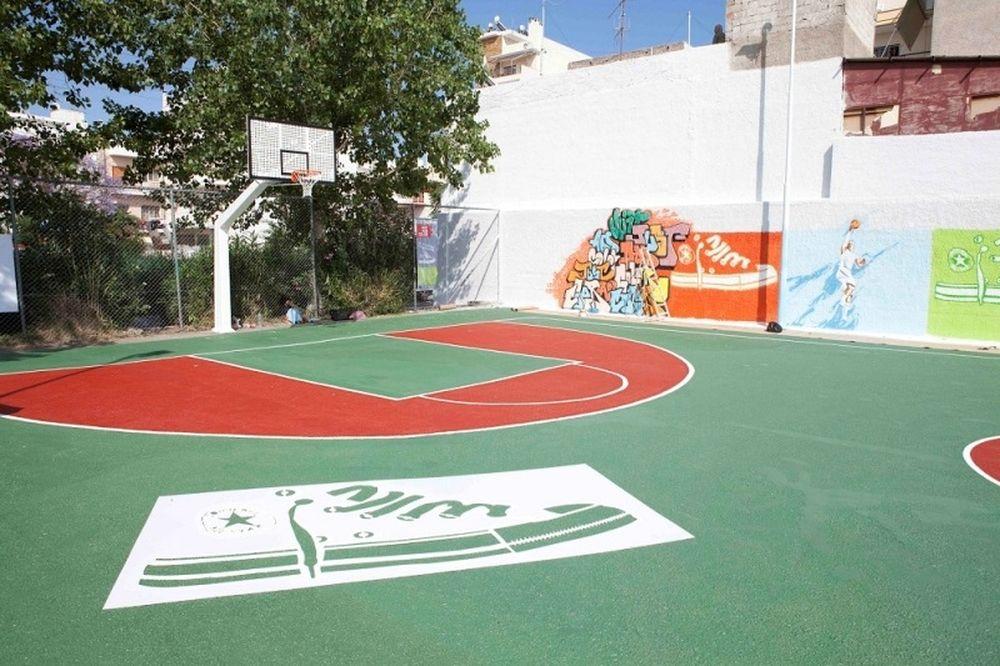 Η Converse και η Folli Follie «πρόσθεσαν χρώμα» σε γήπεδο του Πειραιά (photos+video)