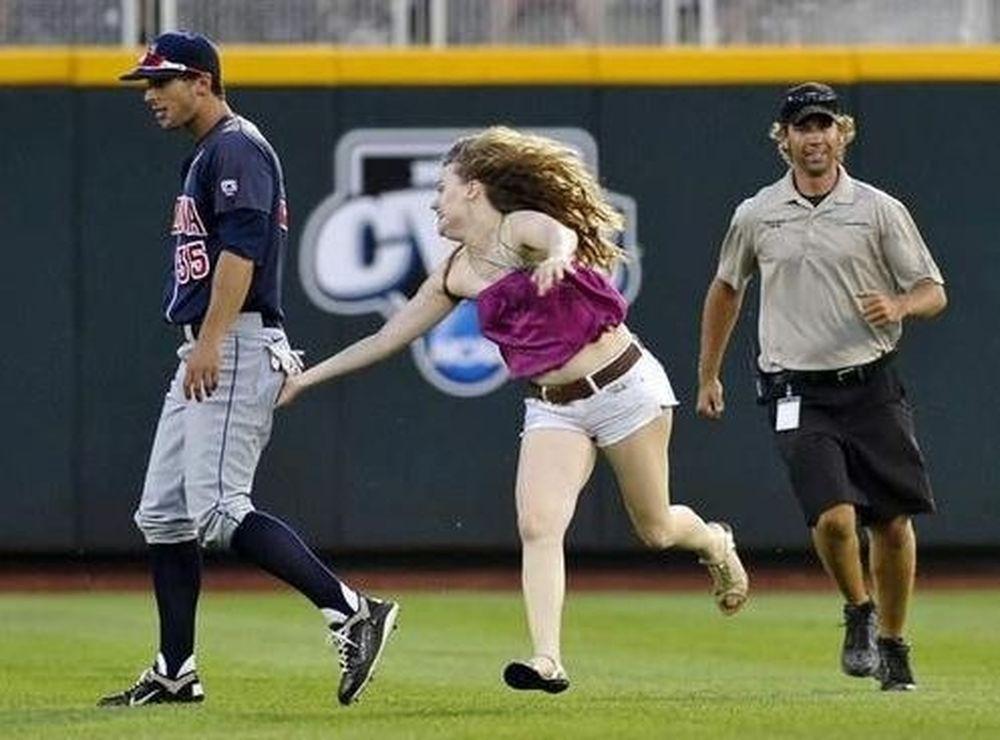 17χρονη χουφτώνει παίκτες του μπέιζμπολ (photos+video)
