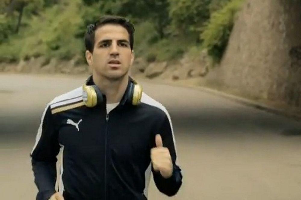 Ο Φάμπρεγας διαφημίζει ακουστικά (video)