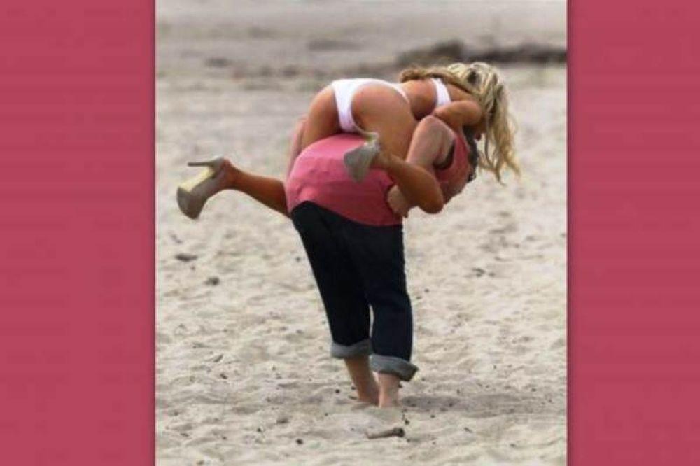 Ποιος βλέπει πως φοράει τακούνια στην άμμο;