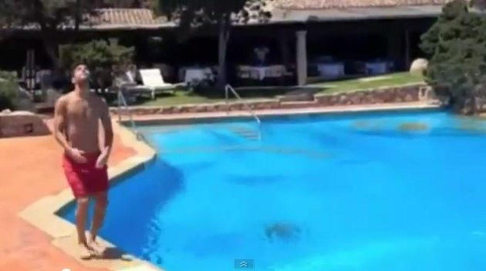 Σκοράρει και στην... πισίνα ο Φάμπρεγκας! (video)
