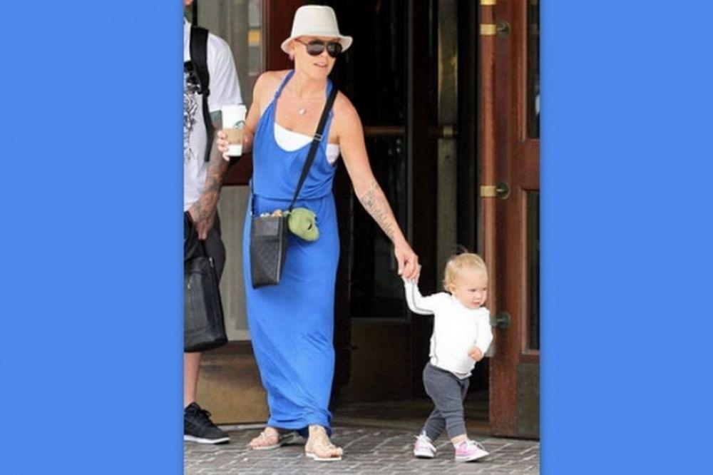 Η κόρη της Pink περπατά ήδη και δημιουργεί το δικό της στιλ στη μόδα!