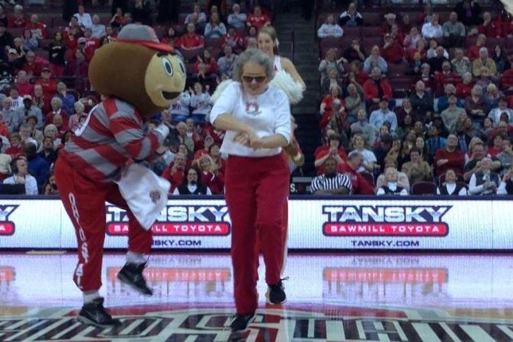 NCAA: Σούπερ γιαγιά σε «Gangnam Style» (video)