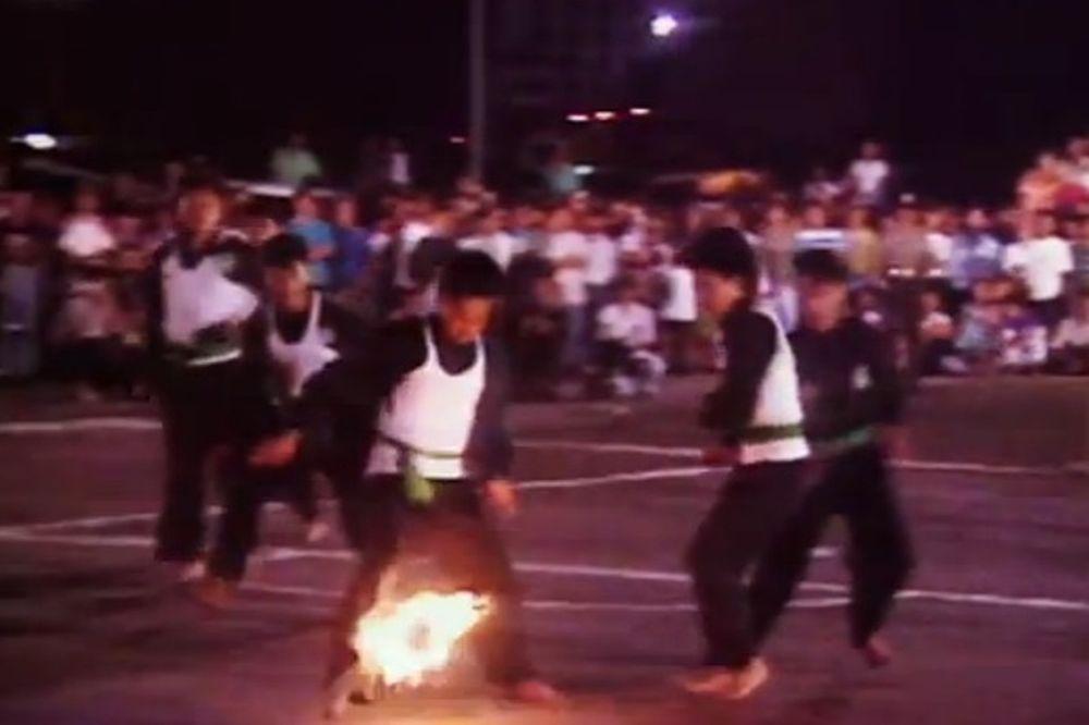 Ινδονησία: Παίζουν ποδόσφαιρο με... φλεγόμενη μπάλα! (video)