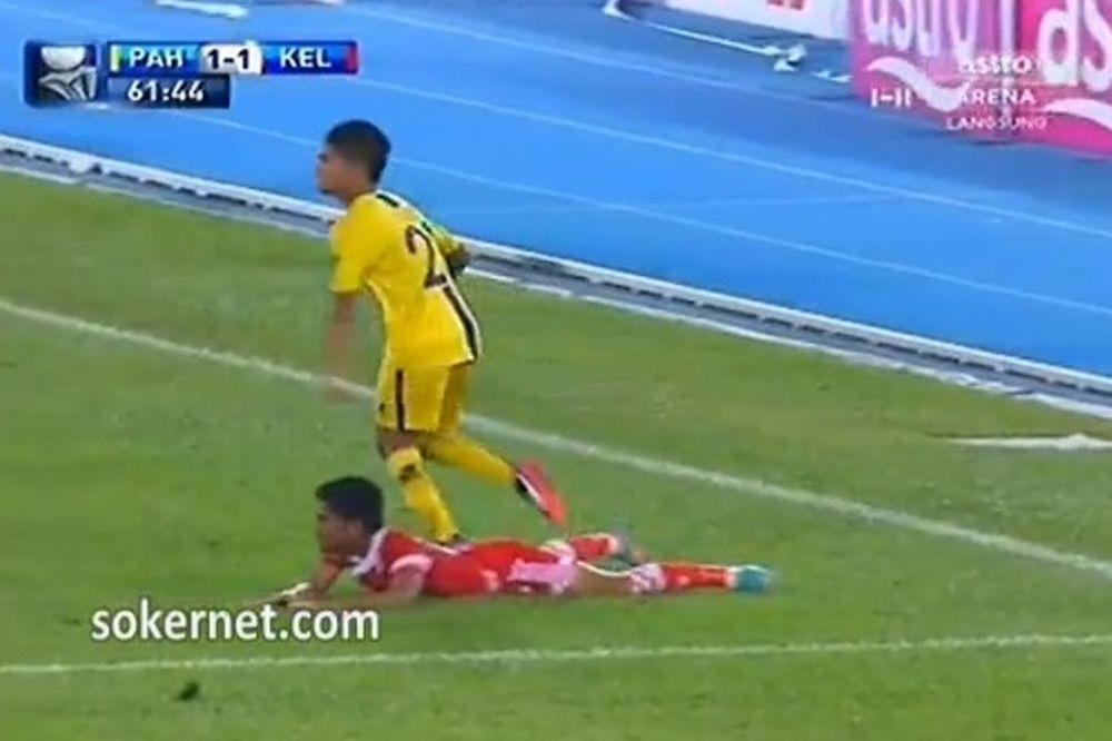 Μαλαισία: Παίκτης «τσάκισε» στο ξύλο αντίπαλο και αποβλήθηκε! (video)