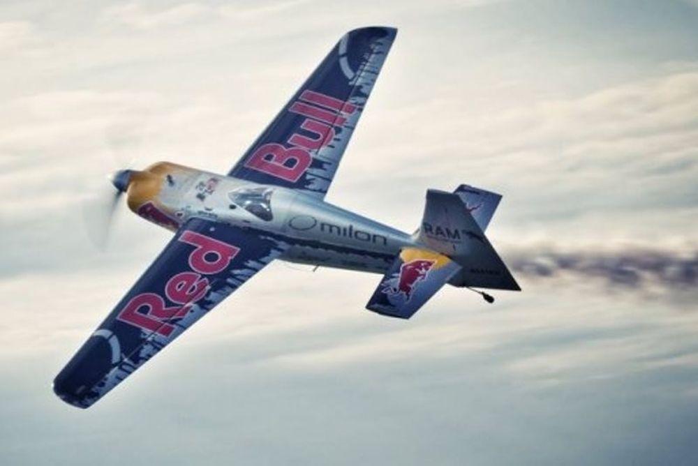 Αεροπλάνο σε αγώνα με BMW (video)