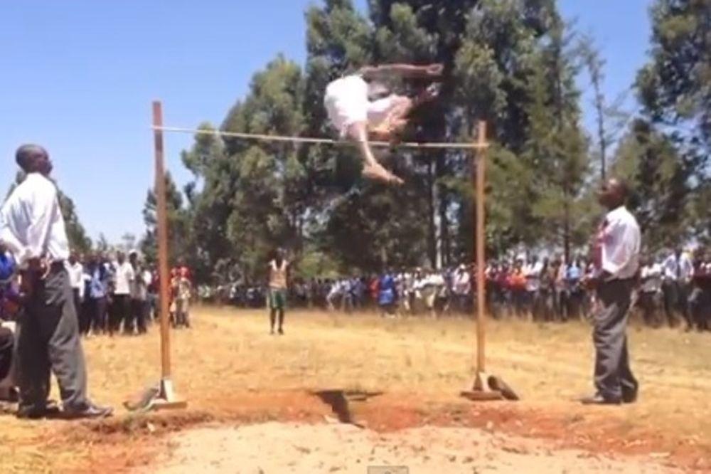 Κενυάτης μαθητής πηδάει δύο μέτρα ύψος με μπροστινό άλμα! (video)