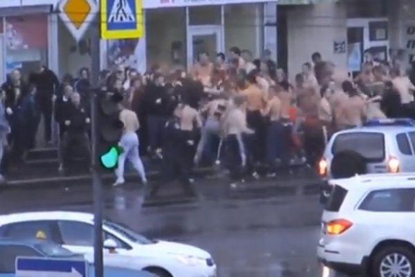 Ουκρανία: Άγριο «ξύλο» μεταξύ... ημίγυμνων οπαδών τριών ομάδων (video)