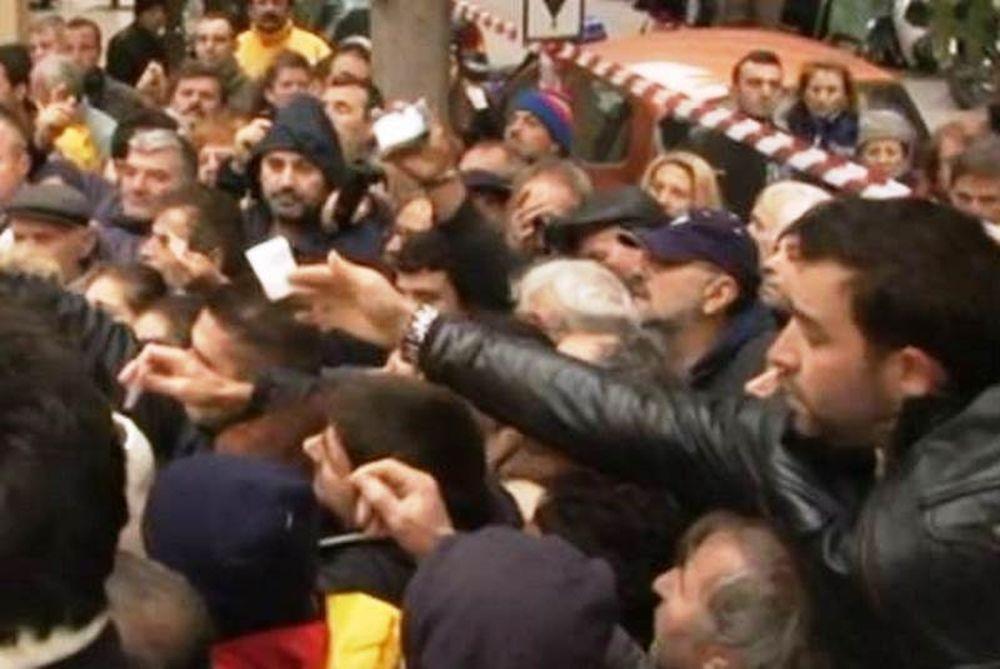 Ελλάδα 2013: Περιμένουν στο κρύο για μία σακούλα τρόφιμα (vid)