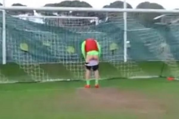Δανία: Παίκτης προσφέρει τα οπίσθιά του για… γκολ! (video)