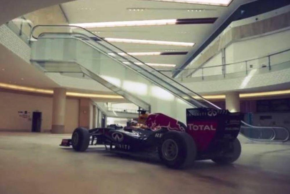 Βόλτα μονοθεσίου της Formula 1 σε εμπορικό κέντρο (video)