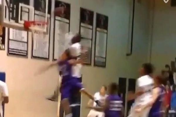 ΗΠΑ: Μπασκετμπολίστας - λυκειόπαιδο κάρφωσε... και τον αντίπαλο! (video)