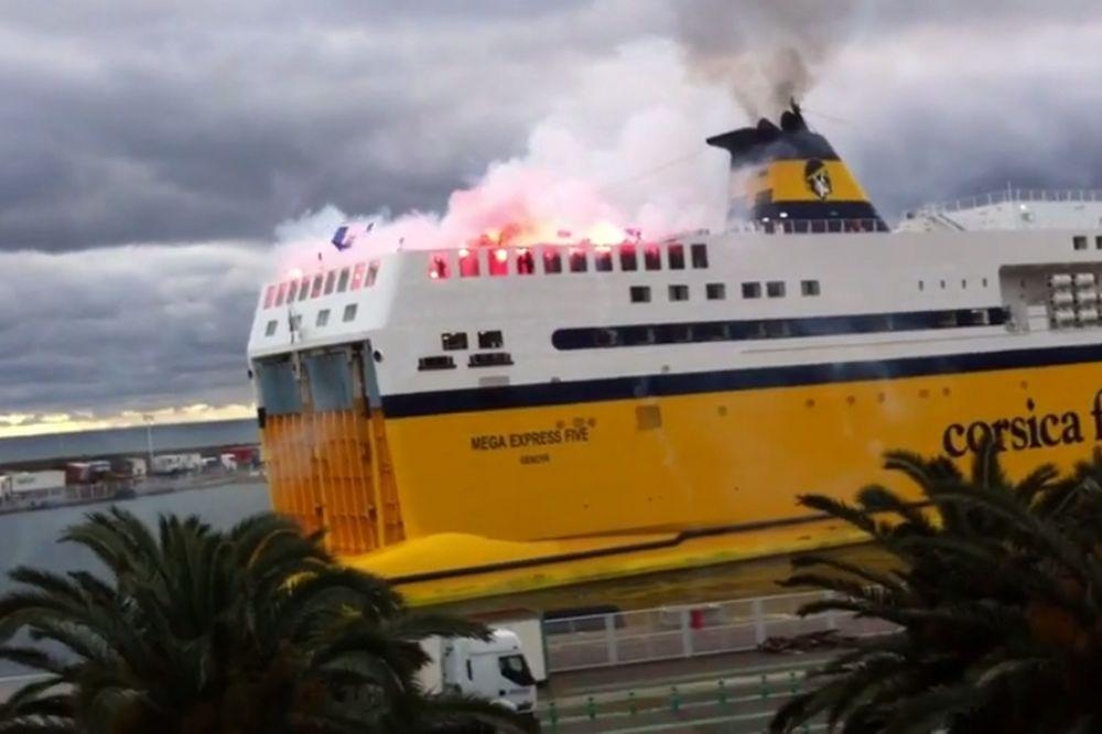 Έβαλαν φωτιά στο πλοίο οι οπαδοί της Μπαστιά (video)