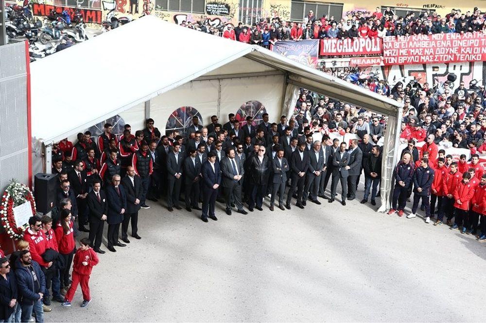 Onsports TV: Άφιξη ποδοσφαιρικού τμήματος στο μνημόσυνο (video)