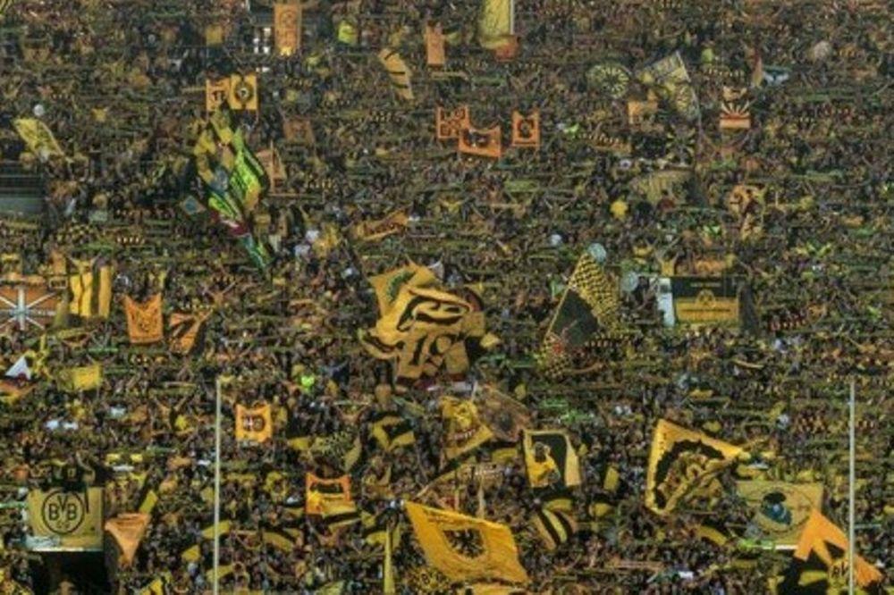 Συγκλονιστικός ο «κίτρινος τοίχος» των οπαδών της Ντόρτμουντ (videos)