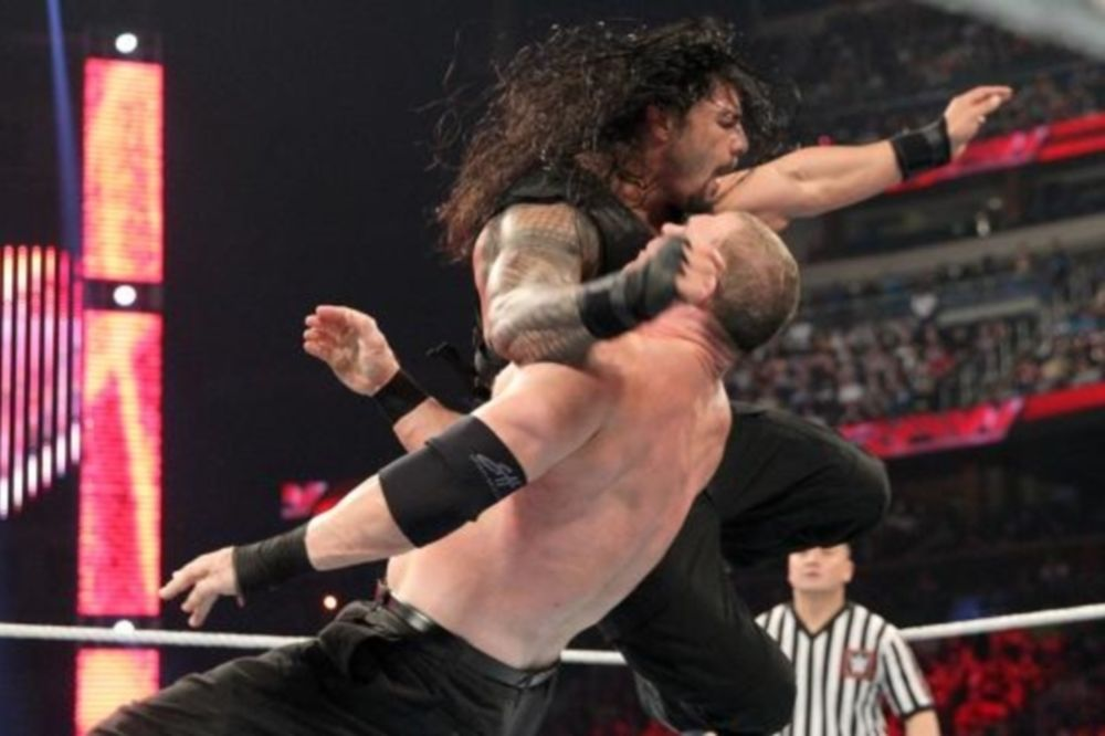 Raw: Ισοπεδωτικός Roman Reigns (videos+photos)