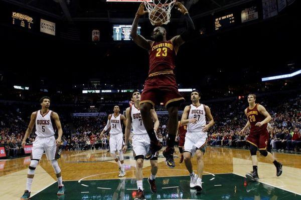 NBA Top 10: Ακούμπησε τον Λεμπρόν ο Αντετοκούνμπο στο κορυφαίο κάρφωμα (video)