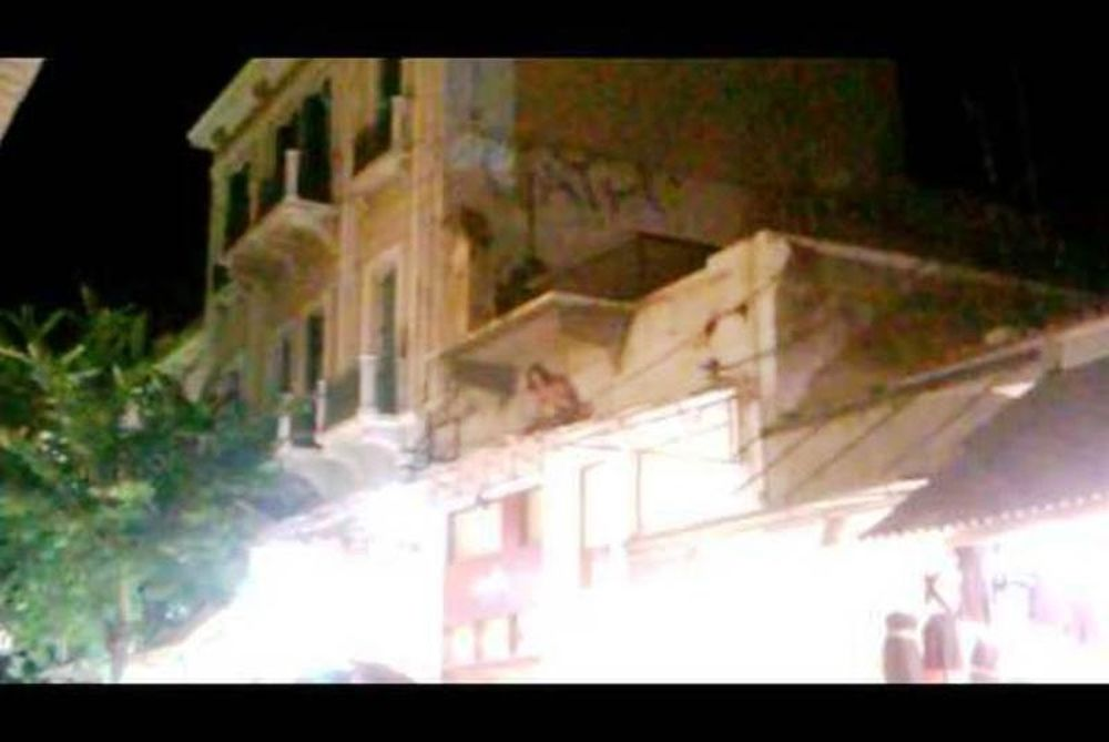 Χανιά: Γάλλος τουρίστας γυμνός στη στέγη αλλά γιατί; (video)