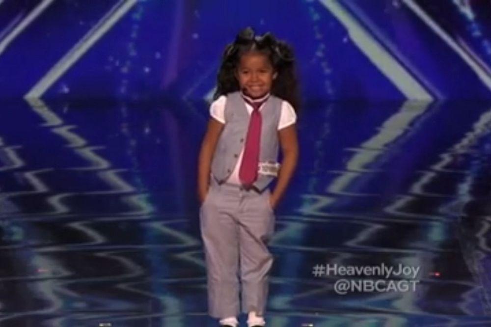 Το κοριτσάκι που μάγεψε τους κριτές με τη φωνή και το νάζι του (video)