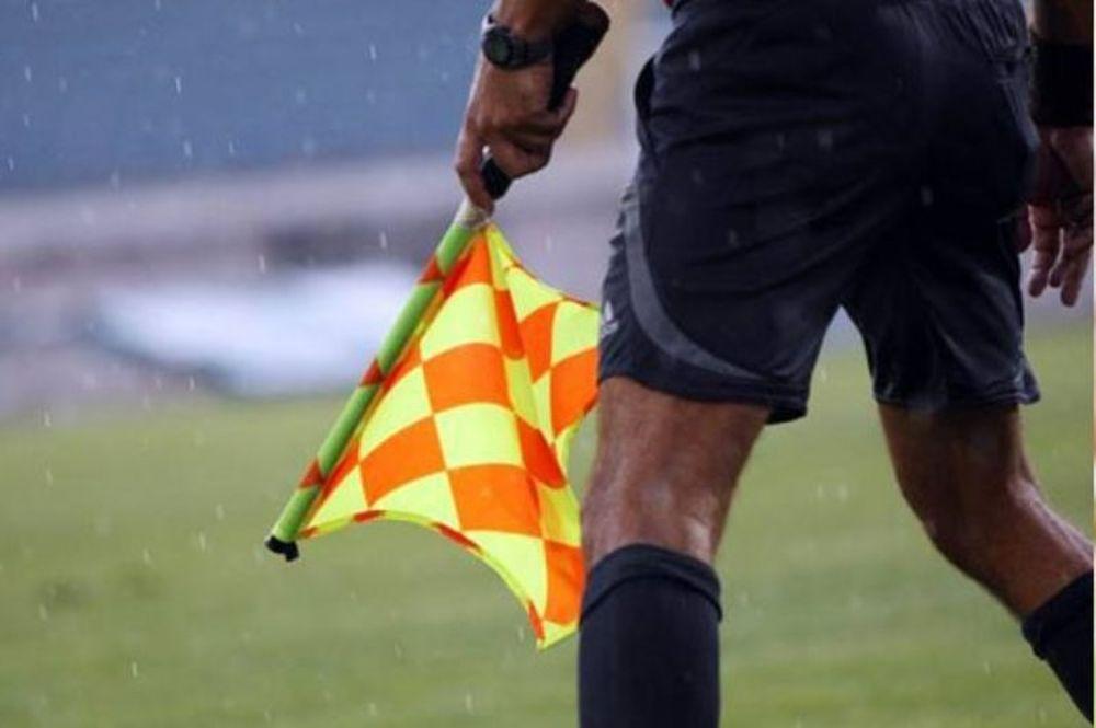 Απίστευτο: Eπόπτης επιτέθηκε σε ποδοσφαιριστή με το σημαιάκι!