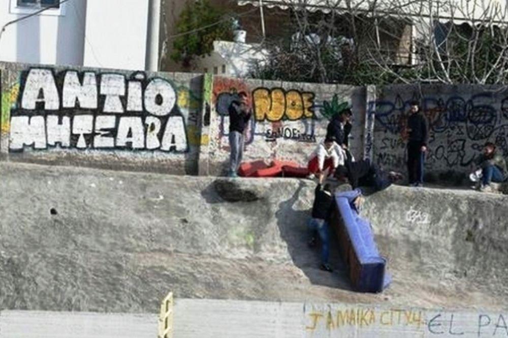 ΑΠΙΣΤΕΥΤΟ! Πήραν καναπέ στις κερκίδες (photos)