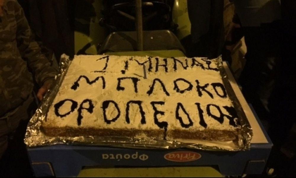 Κρήτη: Οι αγρότες γιόρτασαν τον ένα μήνα στα μπλόκα με τούρτα - Σε ποιους έκοψαν κομμάτι! (pics)