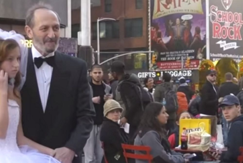 Δείτε τι γίνεται όταν ένας 65χρονος παντρεύεται 12χρονη στη Νέα Υόρκη! (video)