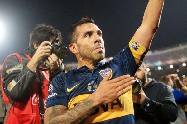 ΣΟΚ: Διάσημος ποδοσφαιριστής φωτογραφήθηκε με χούλιγκανς! (photo)