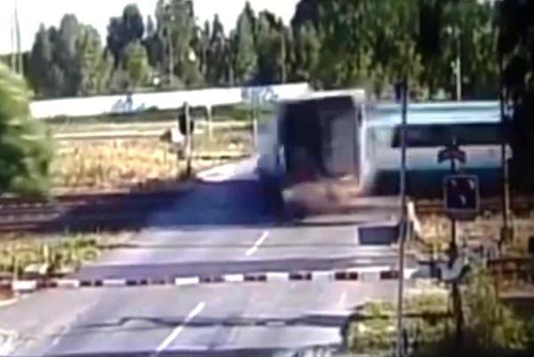 ΣΟΚΑΡΙΣΤΙΚΟ! Τρένο διαλύει νταλίκα! (video)