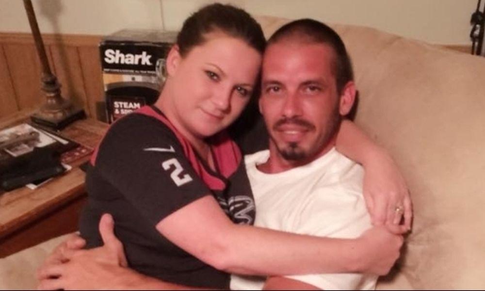 Σάλος: Παραιτήθηκε από τη δουλειά για να θηλάζει τον... 36χρονο σύντροφό της!