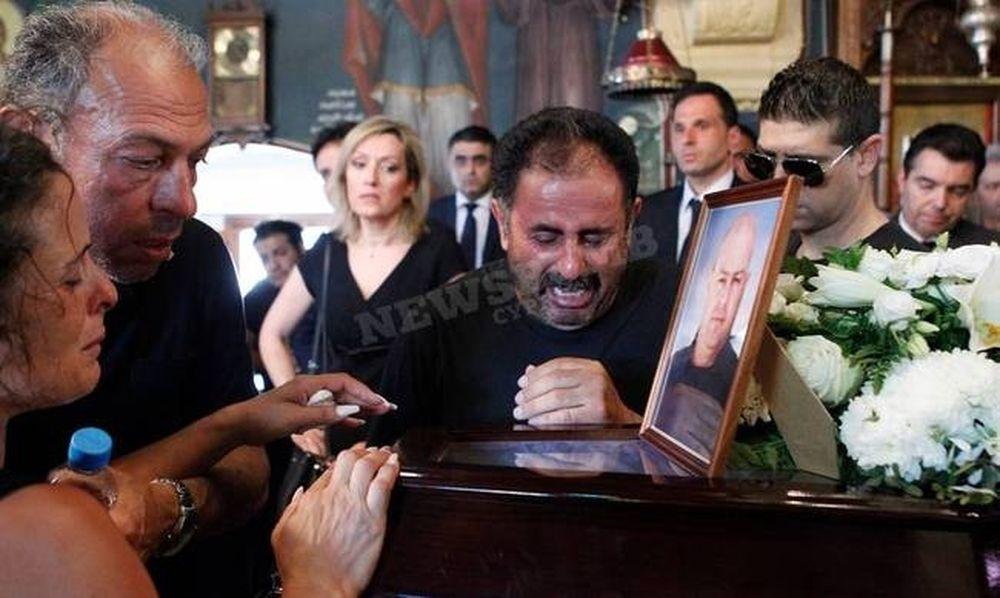 Ράγισαν και οι πέτρες στην κηδεία του πυροσβέστη - Ανείπωτη θλίψη