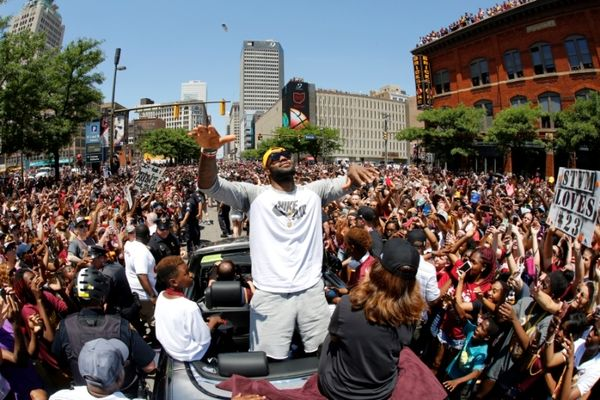 Οι Καβαλίερς έβγαλαν 1,3 εκατ. ανθρώπους στους δρόμους!
