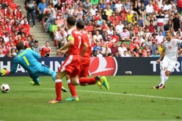 Euro 2016: «Χτύπησαν» στην κόντρα και προηγούνται οι Πολωνοί! (video)