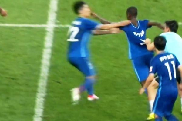 Ο Ραμίρες κυνηγάει τον διαιτητή για να τον πλακώσει! (video)