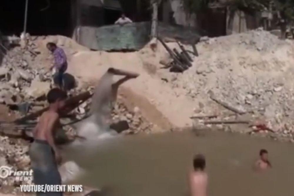 Παιδιά στο Χαλέπι μετέτρεψαν κρατήρα βόμβας σε πισίνα (video)
