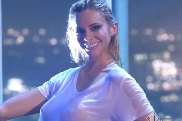 Η Ρία Αντωνίου μας πέταξε τα μάτια ΕΞΩ! Χωρίς σουτιέν και βρεγμένο μπλουζάκι on air! (video)
