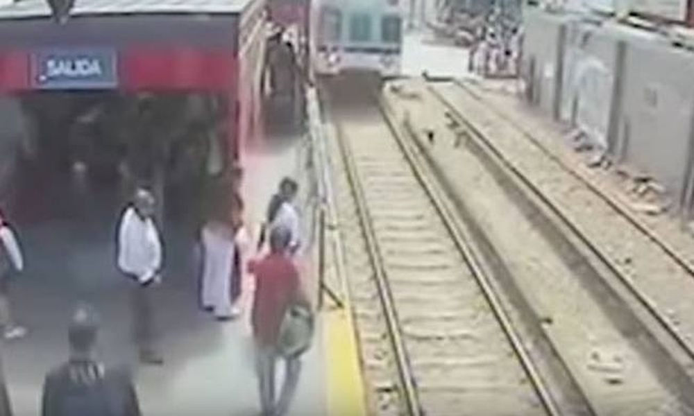 Βίντεο σοκ: Ρίσκαρε τη ζωή του παιδιού της για να μην πληρώσει εισιτήριο!
