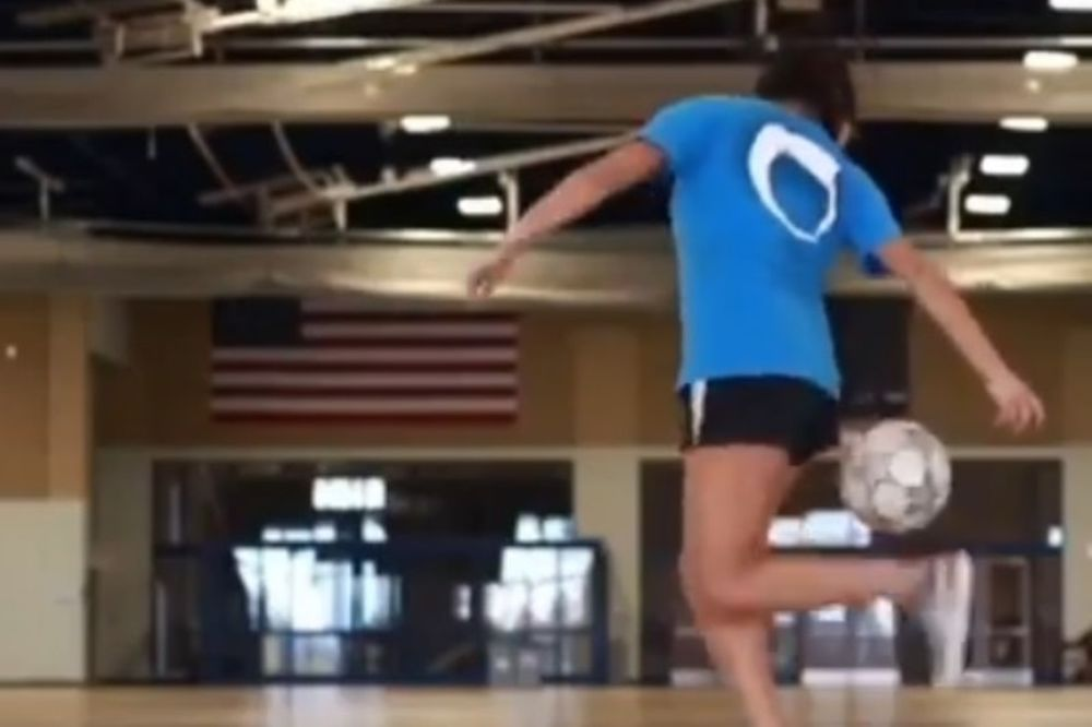 Δεν θα πιστέψετε τι κάνει αυτή γυναίκα με την μπάλα (video)