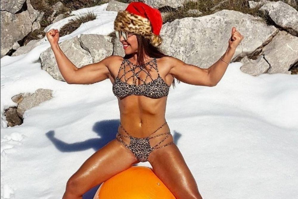 Ελληνίδα γυμνάστρια ημίγυμνη στα χιόνια (photo)