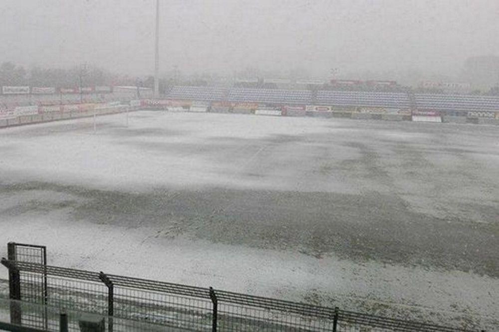 Καλύφθηκε από χιόνι το γήπεδο του Πλατανιά (pics)