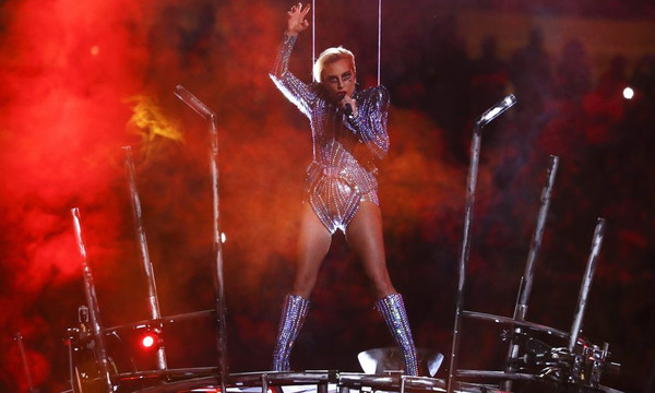 Super Bowl 2017: Καυτή εμφάνιση από Lady Gaga με κορμάκι στον τελικό!