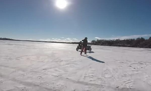 Viral: Η παγωμένη λίμνη και ο αναβάτης που ακόμα… τρέχει!
