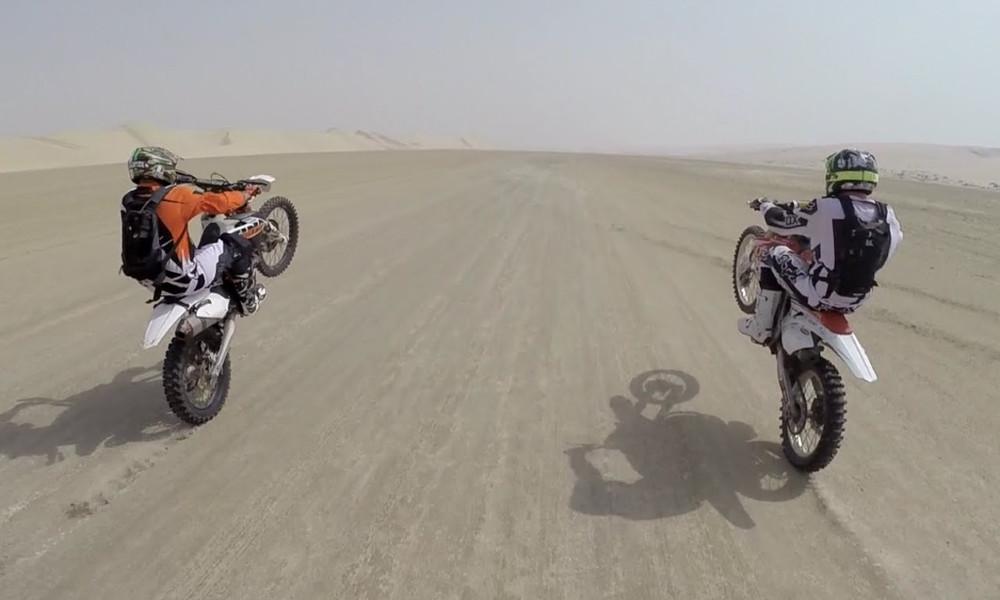 Δεν υπάρχει: Dirt Bike προσγειώνεται σε Jeep στην έρημο