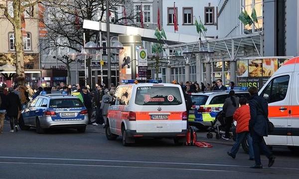 Τρόμος στη Γερμανία: Αυτοκίνητο έπεσε πάνω σε πλήθος στη Χαϊδελβέργη - Τρεις τραυματίες (pics+vids)