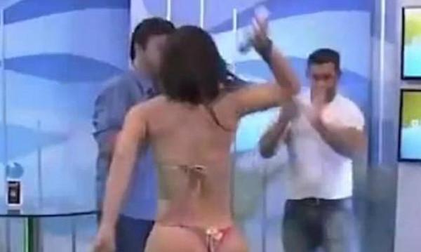 Μοντέλο χτυπάει παρουσιαστή, που την παρενόχλησε σεξουαλικά ζωντανά στην εκπομπή του (video)