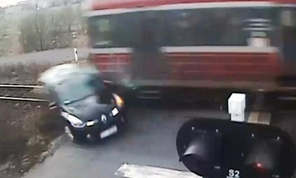 Σοκαριστικό: Παραβιάζει διάβαση και τρένο τον εκτροχιάζει