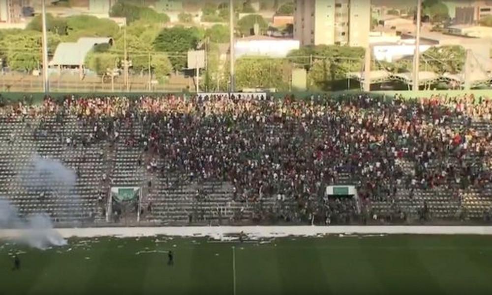 Απίστευτο ξυλίκι με παίκτες και οπαδούς σε ποδοσφαιρικό αγώνα στη Βραζιλία!