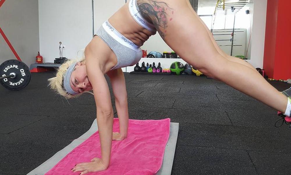ΚΟΛΑΣΕ το γυμναστήριο με τα... push-ups της η σέξι Ελληνοκουβανή!