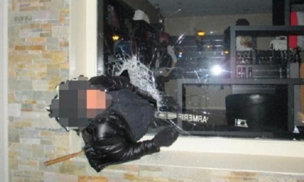 Δεν υπάρχει: Διαρρήκτης… σφήνωσε και η αστυνομία τον «τρόλαρε»!